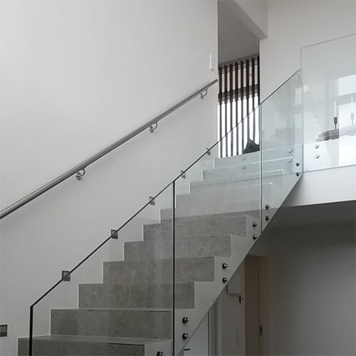 Glasværn på beton trappe