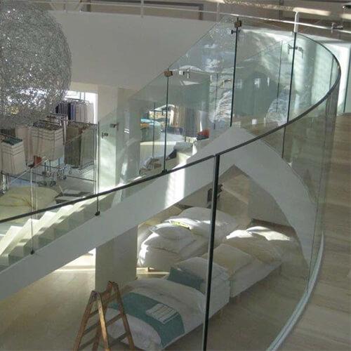 Cylinderbøjet glas på trappe