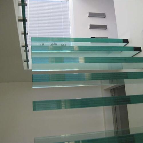 Svævende glastrin