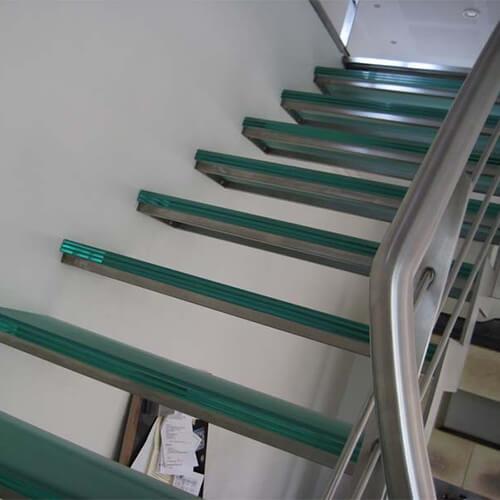 Glastrin på ståltrappe
